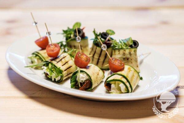 Roladki z grillowanej cukinii z kozim serem i suszonymi pomidorami